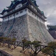 近くまで見ることができる美しい石垣です。