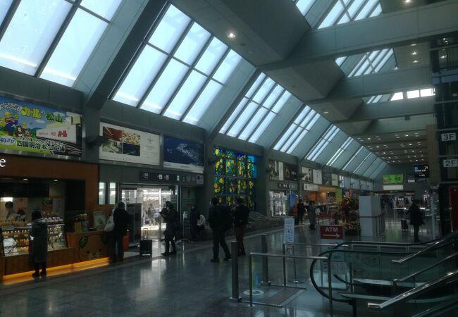 ターミナルビルは設備はそれなりに揃っている。アクセスは脆弱。