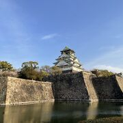 内堀付近から見上げる大阪城