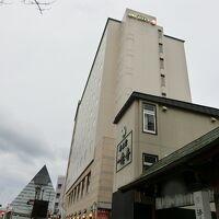 9階建ての見事な外観、アスパム通りに面している。