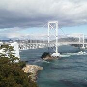 白く美しい橋