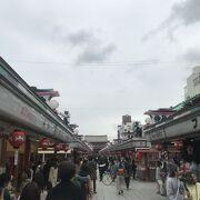 雷門から浅草寺へつづく