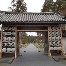 参道に入る門です。