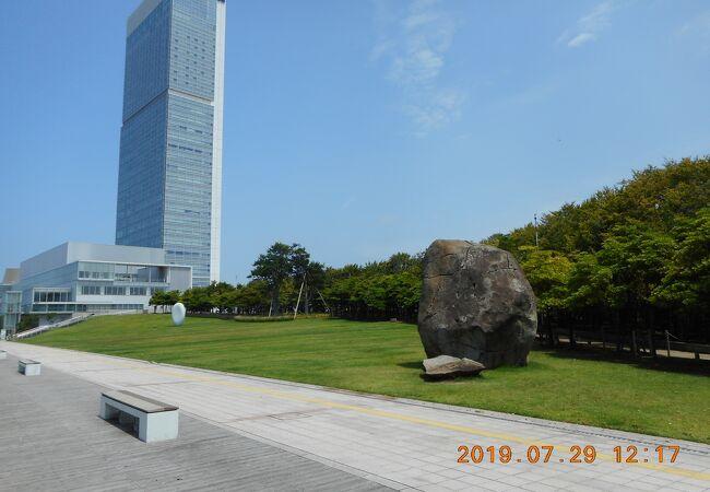 柳都大橋とホテル日航新潟の間の公園