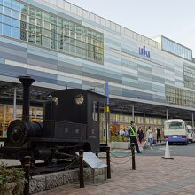 熱海駅と展示の汽車