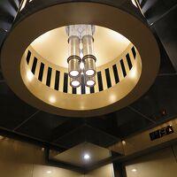 天井の照明もカッコいいエレベーターでメインロビーへ向かいます