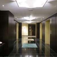 客室階に到着、エレベーター5基とは立派です