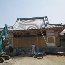 本堂改築工事中。