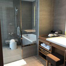洗い場付きのバスルームと洗面所