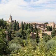 『アルハンブラ物語』で有名になった丘の上に建つ赤い宮殿