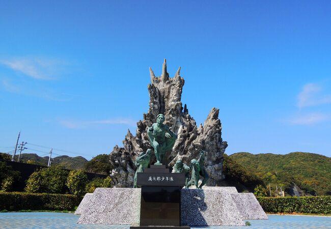 豪華な銅像