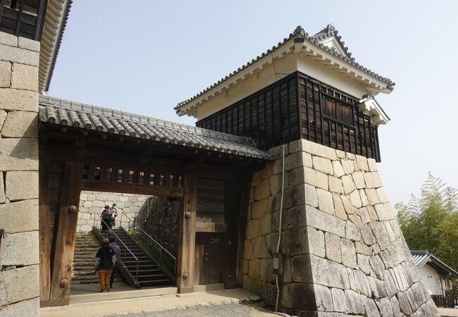 虎口に面した門。くぐるとすぐに石段が待ち構えています。