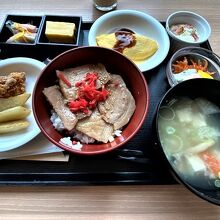 朝食バイキング、豚丼と三平汁