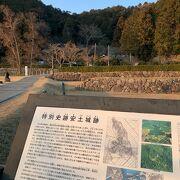 織田信長が建てた、お城の跡。 山頂に石垣などが残っているようです。