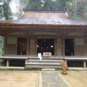 木造の「弥勒菩薩像」が安置