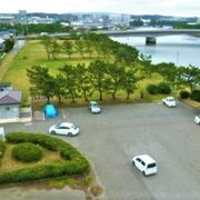 芝生広場/松林と川/海が素敵な鳥居崎海浜公園