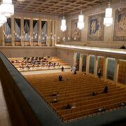 ゴブラン織りのヘラクレス物語のタペストリーに由来する名コンサートホール