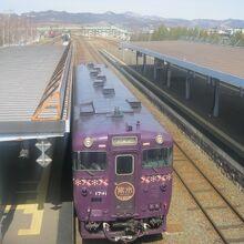 富良野駅構内跨線橋から眺めた紫水の様子