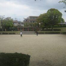 見たところはグラウンドを中心としたどこにでもある公園です。