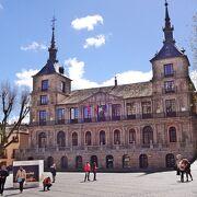 観光案内所は閉鎖されていたが、市庁舎の建物は素晴らしい