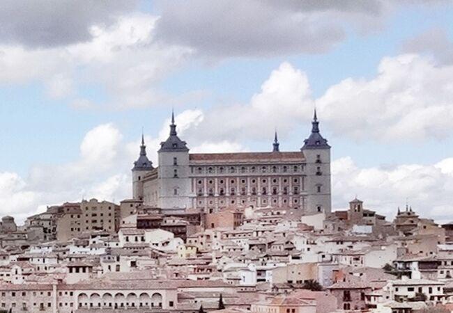 街の中央の最も高い丘には巨大な建物