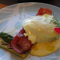 クラブラウンジの朝食の一例でエッグベネディクト