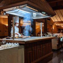 お肉はレストラン中央のグリルで焼いてくれます。