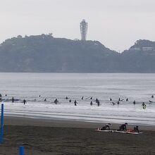 サーフィンを楽しむ人達