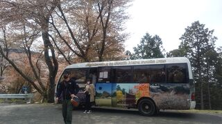 竹林院前から奥千本口バス停へのマイクロバス。