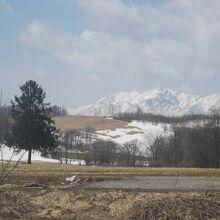 中の澤小学校分校側から眺めると雄大な山並みをバックに望めます
