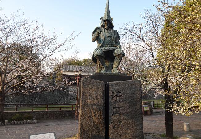 城下に佇む凛々しい像 (加藤清正公像)