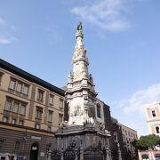似たようなオベリスクと突起に覆われた教会