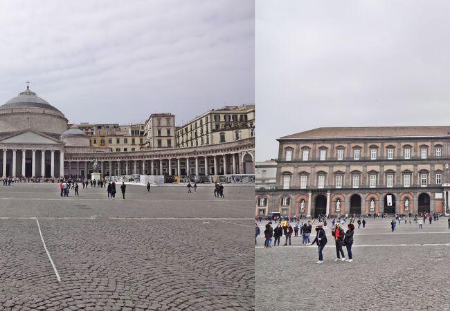 広場は全面が石畳で観光客も多く都市伝説を実践?
