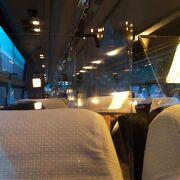 コロナ対策で座席の間が透明ビニールのカーテンで仕切られていました