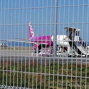 近くのバス駐車場から駐機している飛行機が見える。