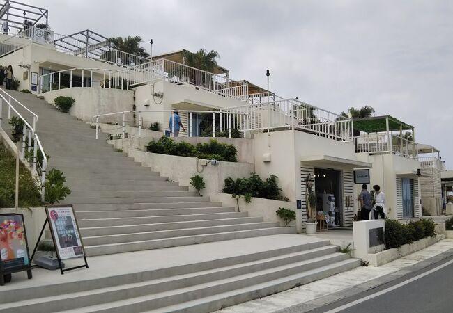 建物も階段も白くギリシャ風?