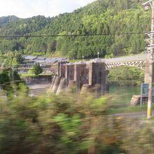 飛騨川に沿って高山本線は走る
