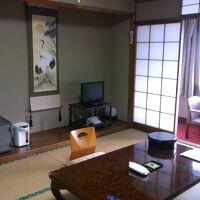 昭和の雰囲気の客室。エアコンは後付けの最新機種あり。