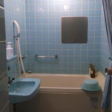 タイル張りのふろと、トイレ。
