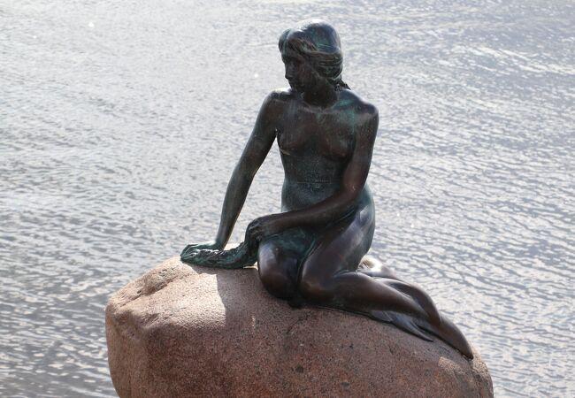 アンデルセン童話の最高傑作人魚姫の銅像です。市内にあるアンデルセンの銅像と併せて訪問することをお勧めします。