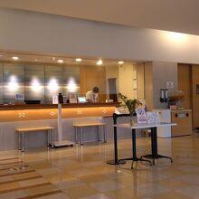ベッセルホテル石垣島のフロントとロビーです。
