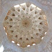 アルハンブラに咲く大輪の花のような美しい天井