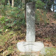 入口にある石柱「絹の道」