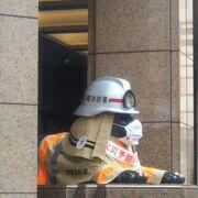 消防士姿のライオン像