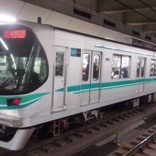 目黒駅も地下、日吉駅も地下同様で、明るさに欠ける路線。