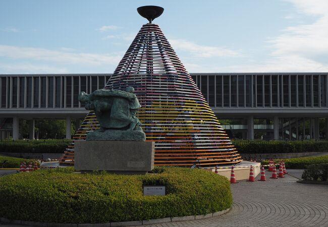 噴水の場所に花のピラミッド