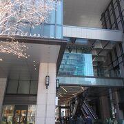 歴史的な建造物である明治屋京橋ビルが保存し生かした複合高層ビルです。