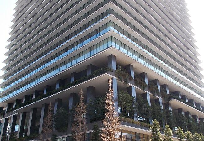 京橋にある複合的な高層ビルの一つです。