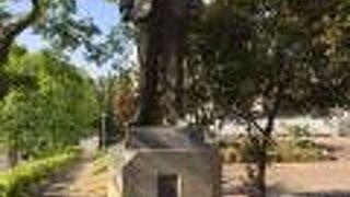 西村勝三の像