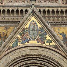 ファサードの『被昇天の聖母マリアと使徒たち』のモザイク画